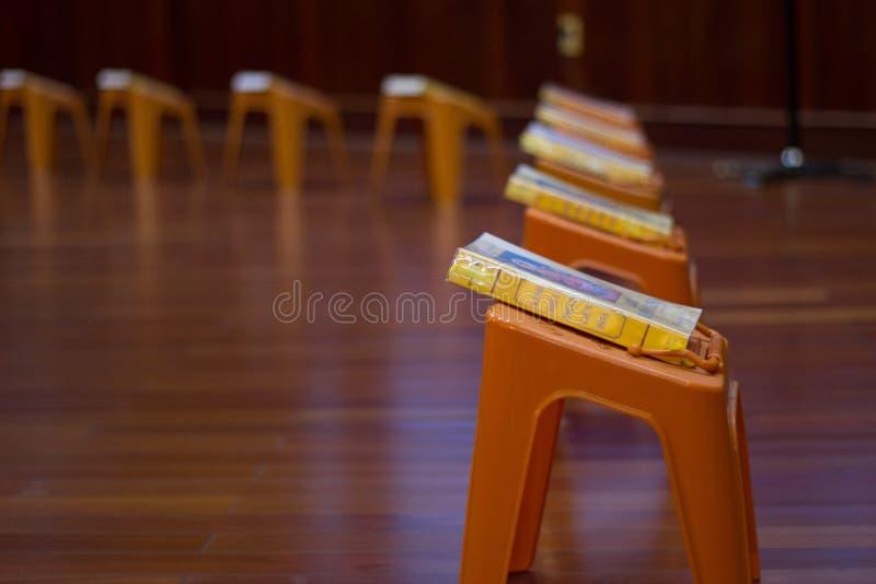 Binnenland van buddisttempel geroepen pagode De kleine plastic lijsten met het bidden boeken blijven in lijnen op vloer stock afbeelding