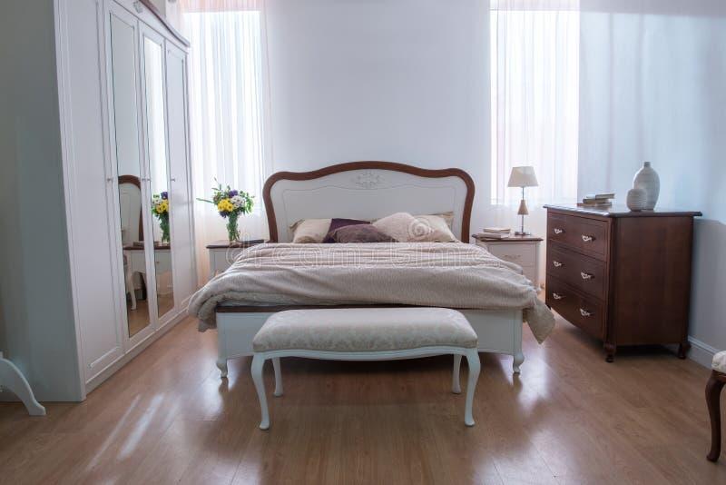 Binnenland van comfortabele slaapkamer met kast en bed in modern ontwerp stock fotografie