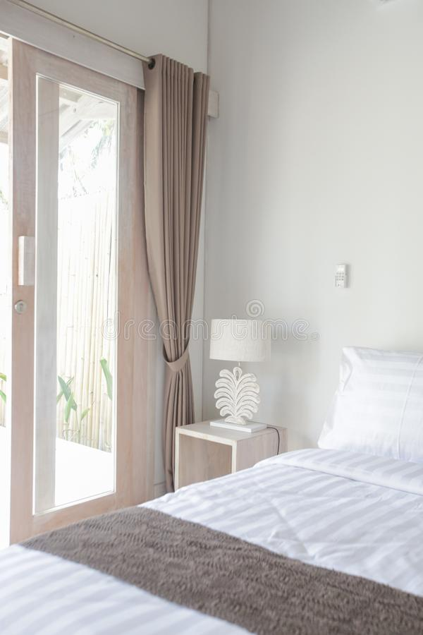 Binnenland van comfortabele slaapkamer in modern ontwerp stock afbeelding
