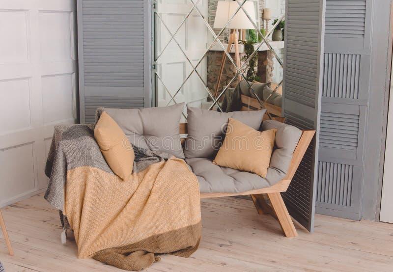 Binnenland van comfortabele slaapkamer in modern ontwerp stock fotografie