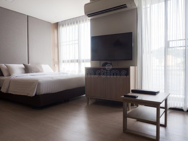 Binnenland van comfortabele slaapkamer in modern ontwerp lage verlichting en Lens stock afbeeldingen