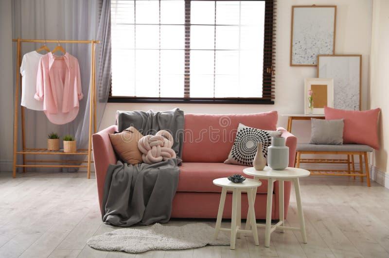 Binnenland van comfortabele woonkamer met bank stock foto's