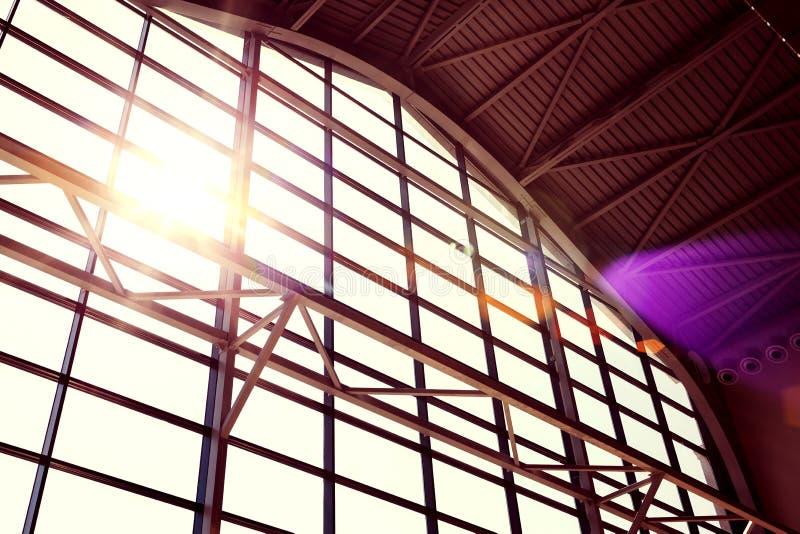Binnenland van commercieel centrum Moderne gebouwen Vensterontwerp Licht en Schaduw De Zon van de ochtend stock foto's