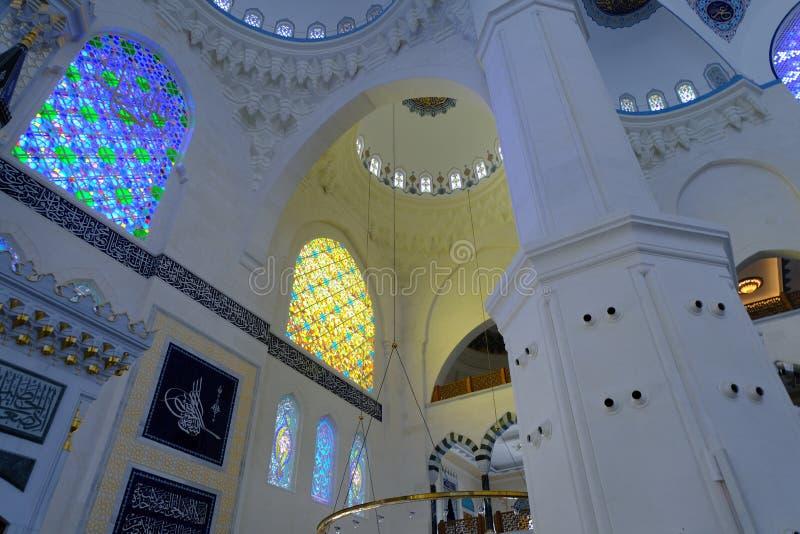 Binnenland van de Camlica-Moskee van Moskeecamlica royalty-vrije stock fotografie