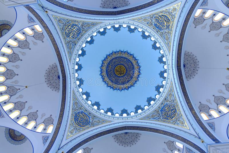 Binnenland van de Camlica-Moskee van Moskeecamlica stock foto