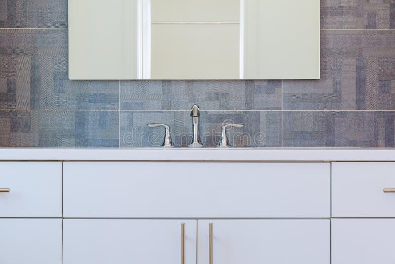 Binnenland van de graniet het moderne badkamers met minimalistische wasbak en badkuip royalty-vrije stock foto