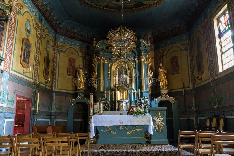 Binnenland van de houten antieke kerk in Podstolice dichtbij Krakau royalty-vrije stock afbeeldingen