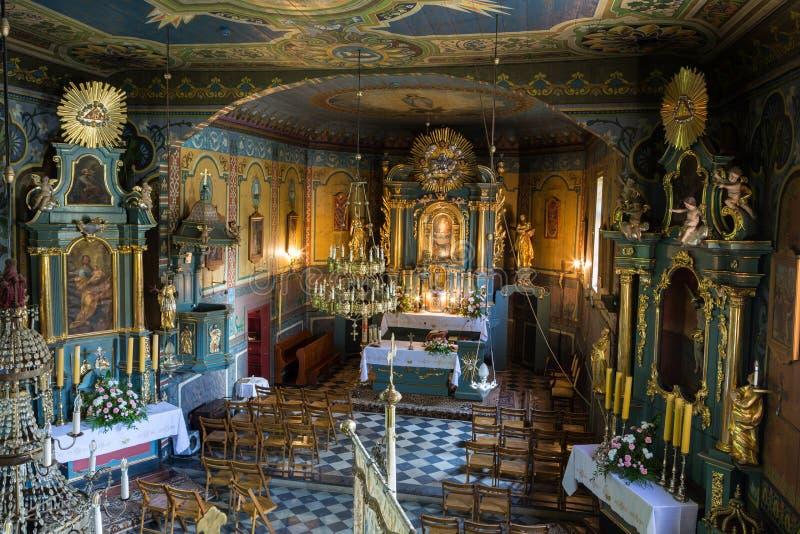Binnenland van de houten antieke kerk in Podstolice dichtbij Krakau royalty-vrije stock fotografie