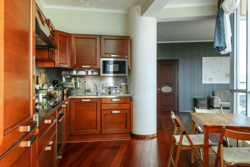 Binnenland van de moderne keuken en de logeerkamer royalty-vrije stock foto's