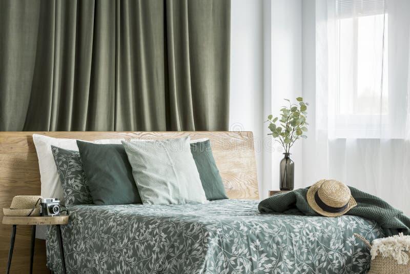 Binnenland van de mos het groene slaapkamer royalty-vrije stock afbeelding