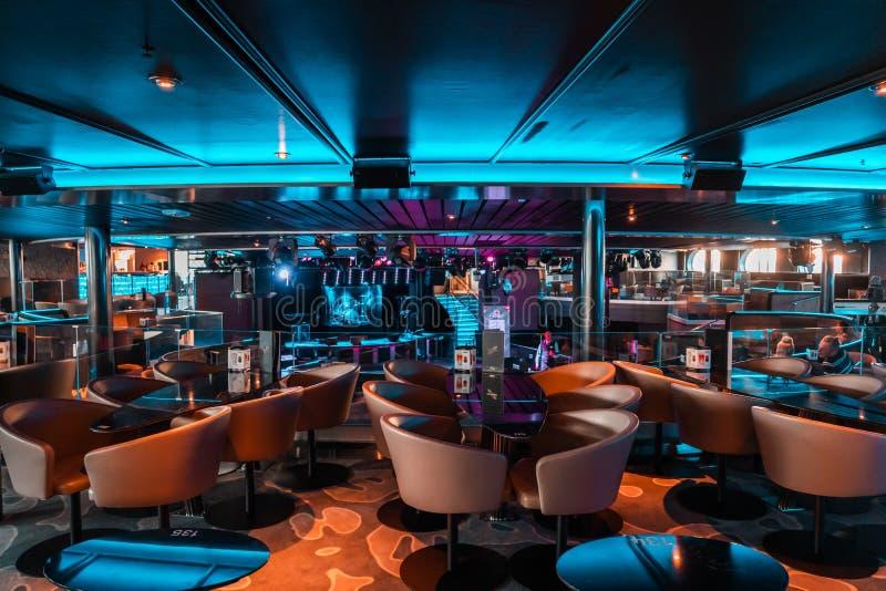Binnenland van de nachtclub van autoveerbootlidstaten Silja Serenade van Silja Line met dansvloer stock foto's
