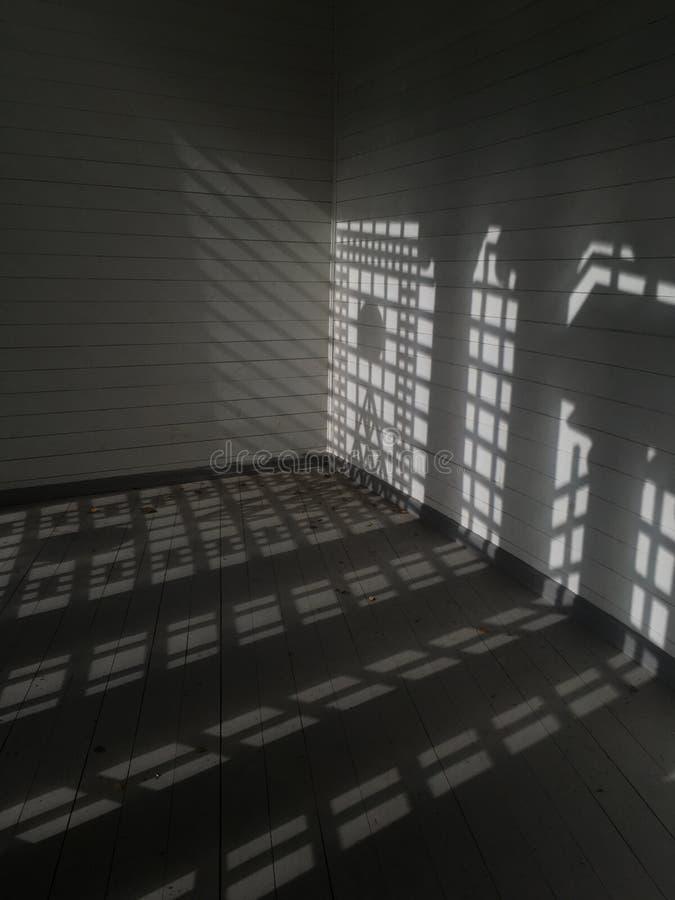 Binnenland van de ruimte met daglicht die door vensters komen Textuur van licht van het venster royalty-vrije stock foto