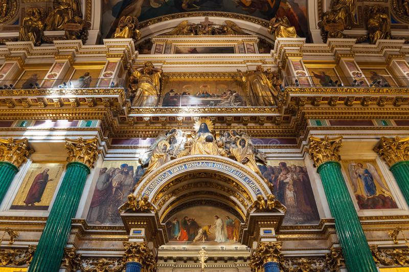Binnenland van de St Isaacs Kathedraal, St. Petersburg, Rusland - decoratie en Bijbelschilderijen royalty-vrije stock foto