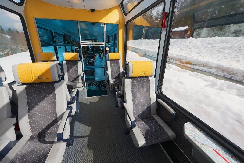 Binnenland van de tweede klassenauto in de trein van Matterhorn Gotthard Bahn tussen Brig en Zermatt royalty-vrije stock fotografie