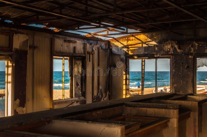 Binnenland van de verlaten bouw op het strand stock afbeelding