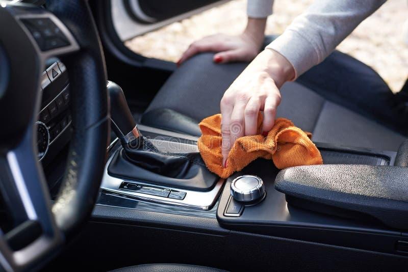 Binnenland van de vrouwen omhoog sluit het schone auto met microfiber, royalty-vrije stock afbeelding