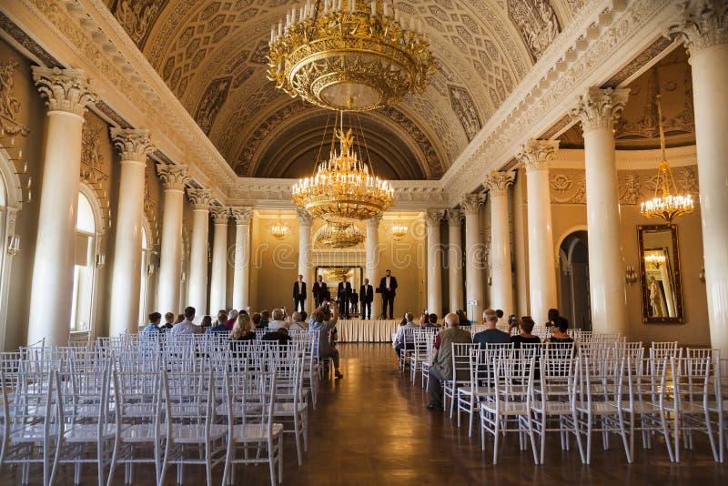 Binnenland van de wit-Columned zaal in het Yusupov-Paleis op de dijk van de Moika-rivier, Één van beste plechtig int. royalty-vrije stock afbeeldingen