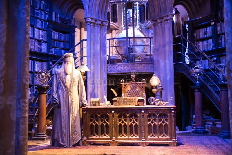 Binnenland van dumbledore bureau en professors` s kostuum decoratie