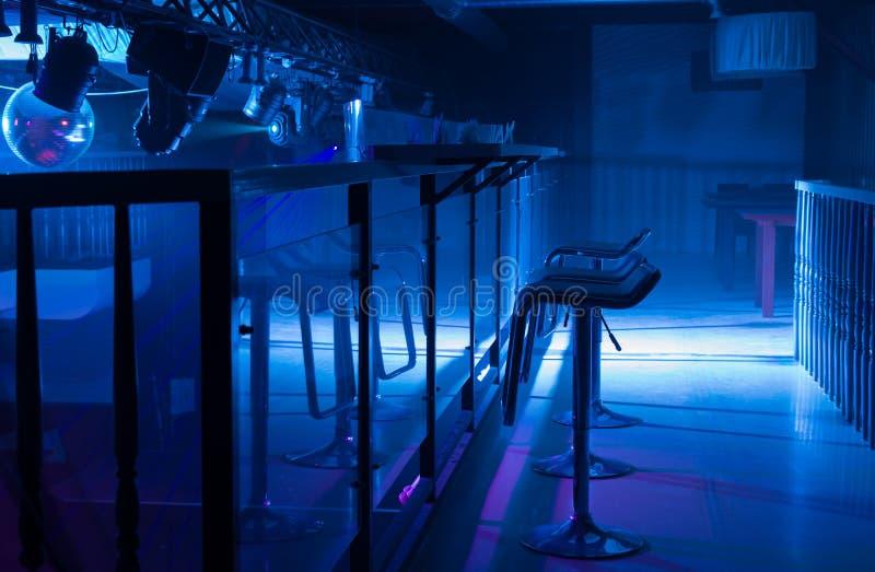 Binnenland van een bar met humeurige blauwe verlichting royalty-vrije stock fotografie