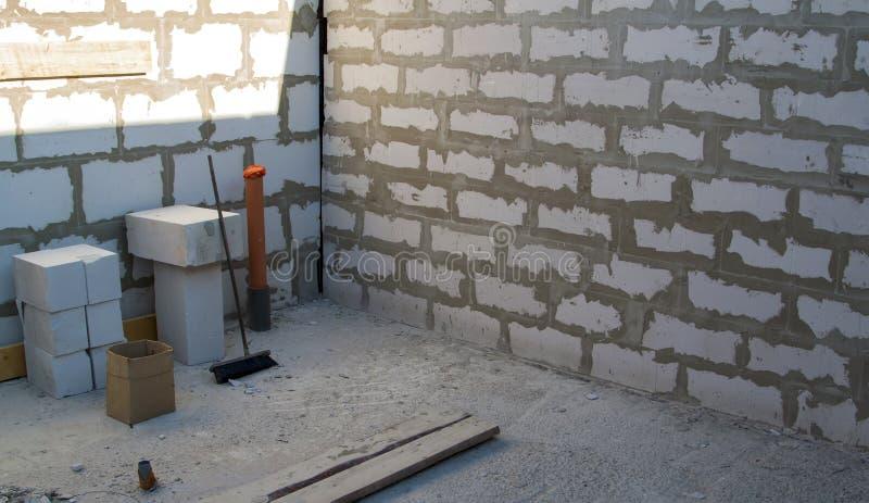 binnenland van een buitenhuis in aanbouw Plaats waarop de muren van gas concrete blokken worden gebouwd stock afbeelding