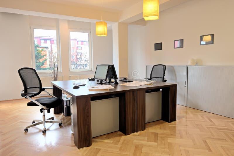 Binnenland van een bureau met stoelen