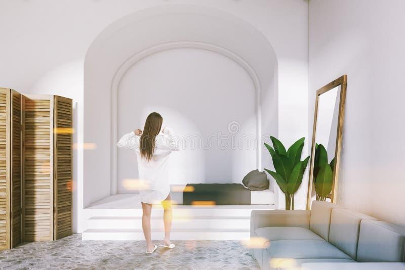 Binnenland van een comfortabele witte slaapkamer, vrouw royalty-vrije stock foto's