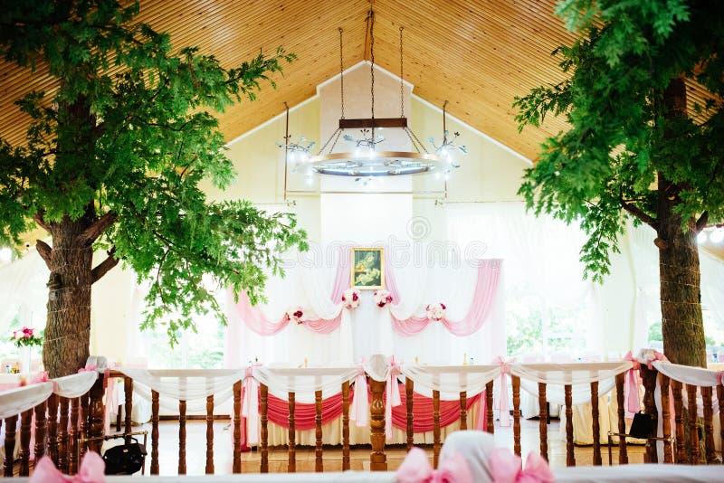 Binnenland van een decoratie van de huwelijkstent klaar voor gasten royalty-vrije stock afbeelding