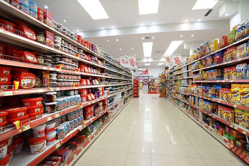 Binnenland van een goedkope hyperpermarket Voli stock foto