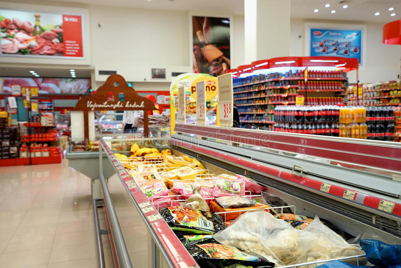 Binnenland van een goedkope hyperpermarket Voli stock foto's