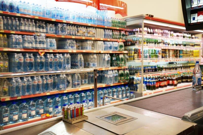 Binnenland van een goedkope hyperpermarket Voli stock afbeelding