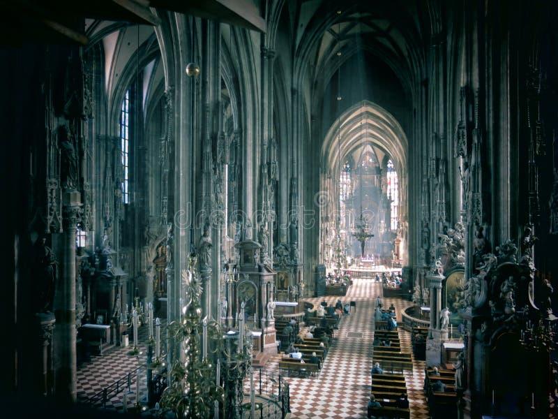 Binnenland van een historische kathedraal stock afbeeldingen