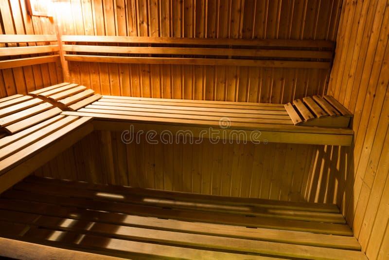 Binnenland van een houten bed in een huissauna royalty-vrije stock foto
