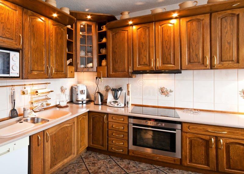 Binnenland van een klassieke keuken met houten meubilair stock afbeelding