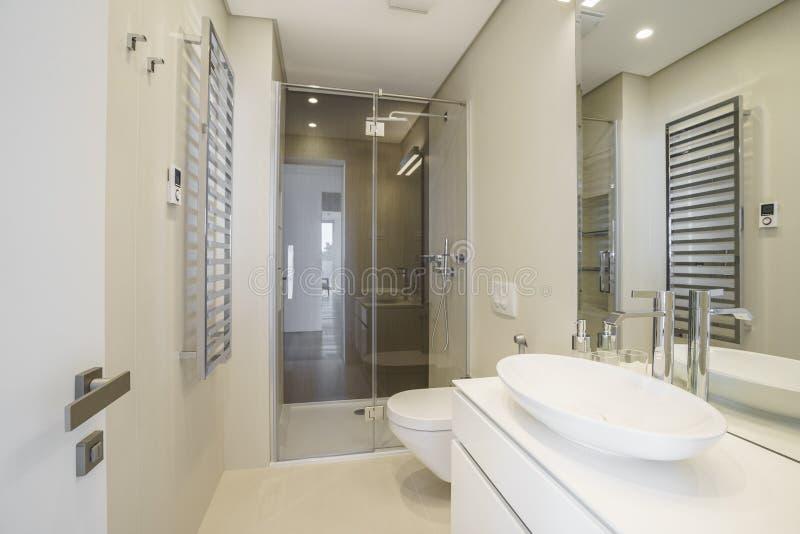 Binnenland van een lichte badkamers in een luxevilla royalty-vrije stock afbeelding
