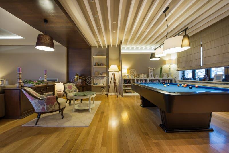 Binnenland van een luxewoonkamer met poollijst stock afbeeldingen