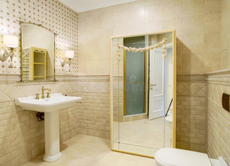 Binnenland van een luxueuze toiletruimte in een klassieke stijl royalty-vrije stock foto's