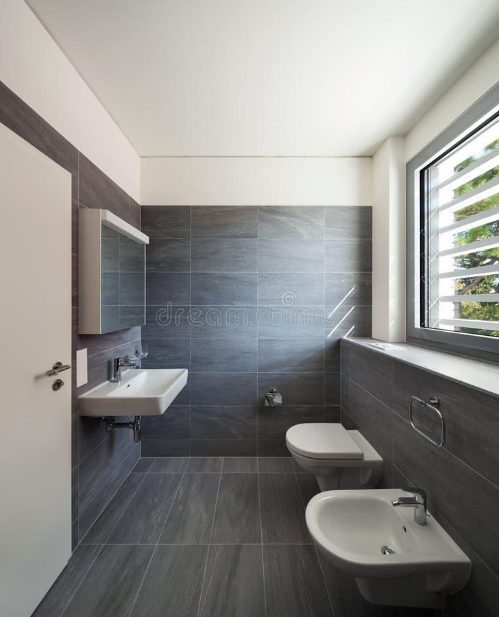 Binnenland Van Een Modern Huis, Grijze Badkamers Stock Foto ...