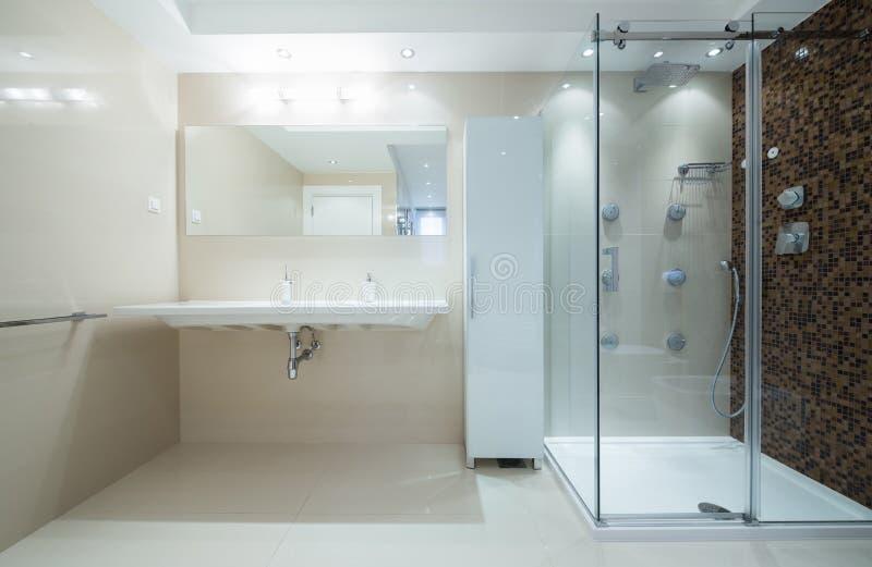 Binnenland van een moderne badkamers met douchecabine stock foto