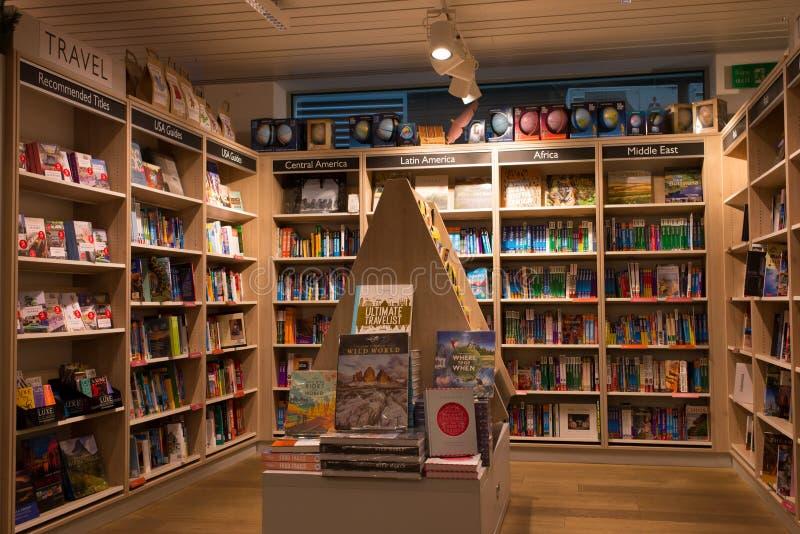 Binnenland van een moderne boekhandel met houten plankenhoogtepunt van boeken royalty-vrije stock foto's