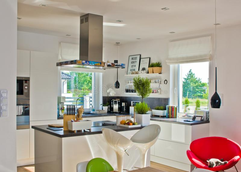 Binnenland van een moderne huiskeuken op zonnige dag stock foto's
