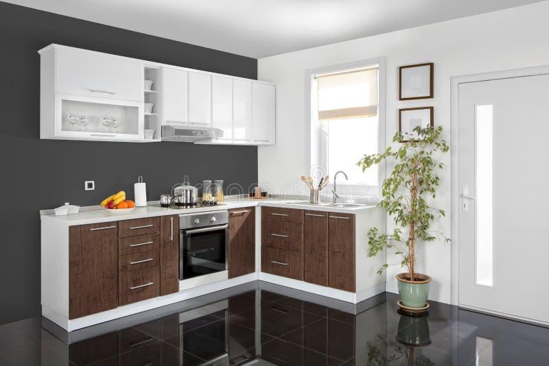 Binnenland van een moderne keuken, houten meubilair, eenvoudig en schoon stock afbeelding