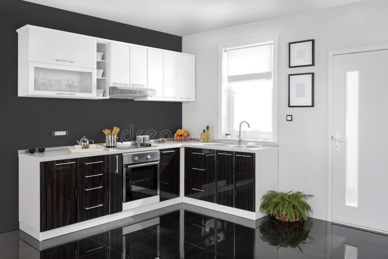Binnenland van een moderne keuken, houten meubilair, eenvoudig en schoon royalty-vrije stock afbeeldingen