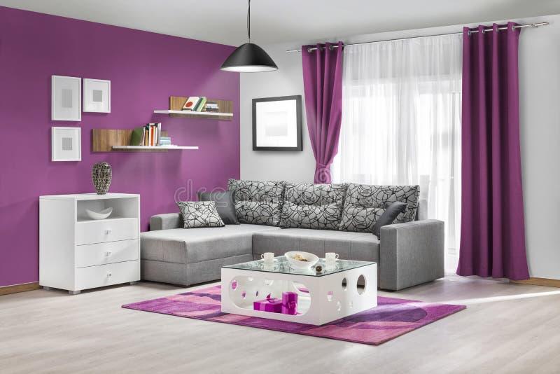 Binnenland van een moderne woonkamer in kleur stock afbeeldingen
