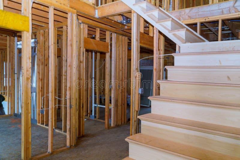 Binnenland van een nieuwe huis houten stralen bij bouw het woonhuis ontwerpen royalty-vrije stock fotografie