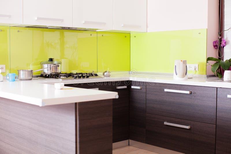 Binnenland van een nieuwe moderne keuken stock fotografie