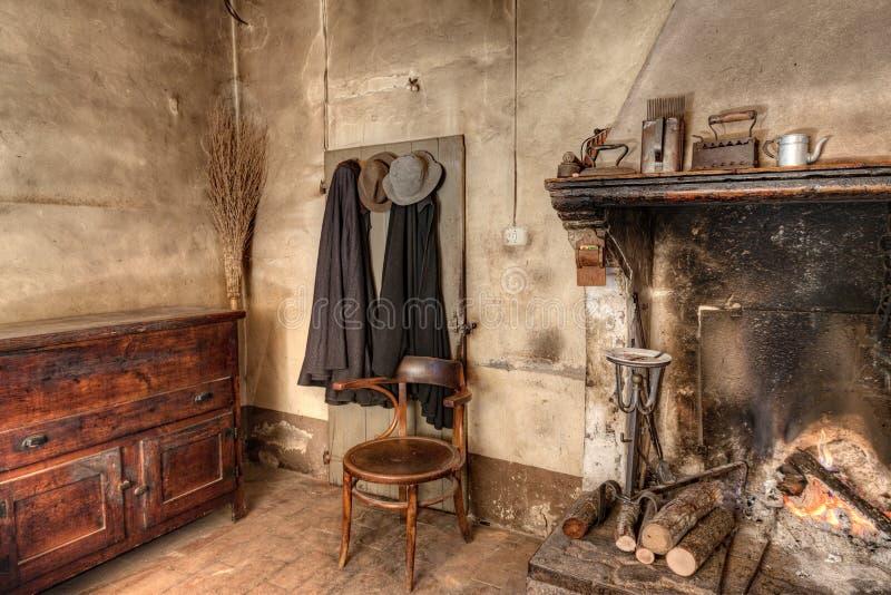 Binnenland van een oud buitenhuis stock foto's