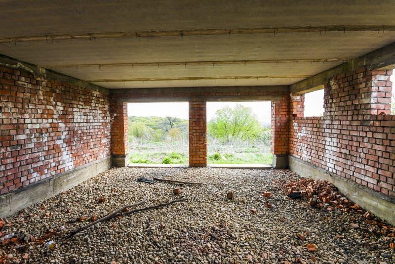 Binnenland van een oud gebouw in aanbouw Oranje baksteen wal stock foto