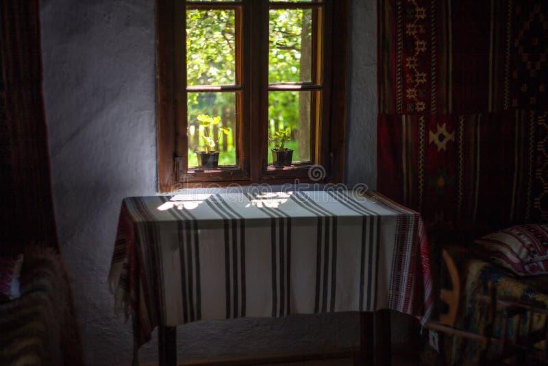 Binnenland van een oud Roemeens huis stock foto's
