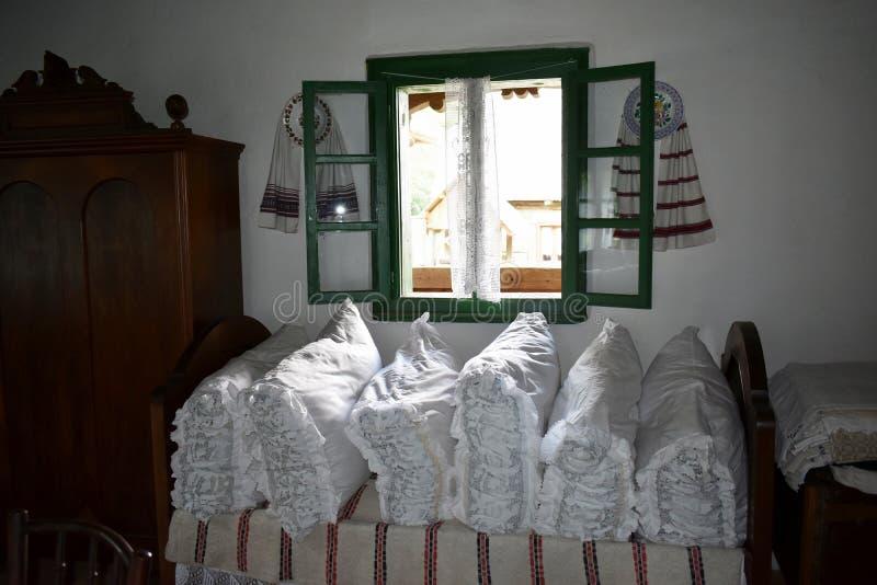 Binnenland van een oud traditioneel Roemeens huis bij het Astra-museum in Sibiu, Roemenië stock afbeelding