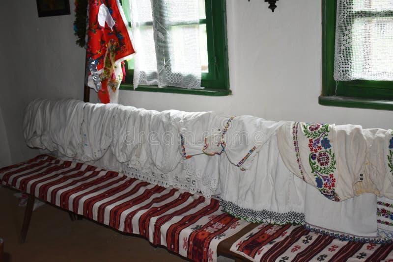 Binnenland van een oud traditioneel Roemeens huis bij het Astra-museum in Sibiu, Roemenië stock foto's